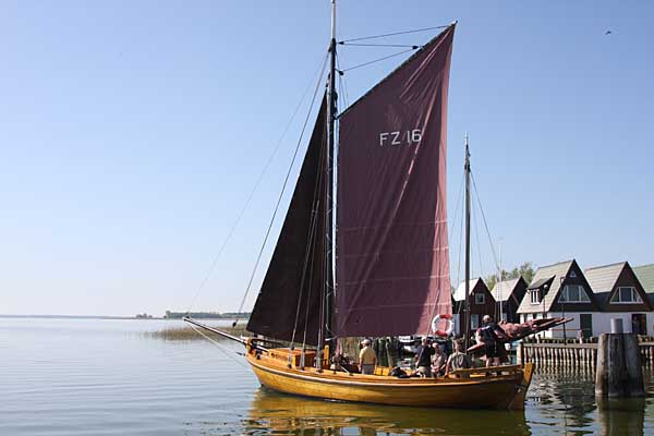 Zeesenboot am Bodden in Ahrenshoop
